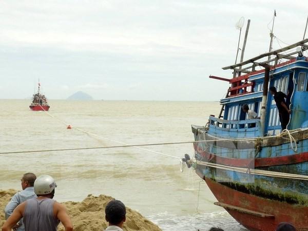 Rescatan a 10 pescadores vietnamitas accidentados en el mar nacional hinh anh 1