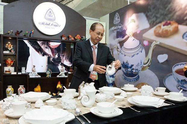 Celebran exposicion de ceramica Minh Long en Semana de Cumbre del APEC hinh anh 1
