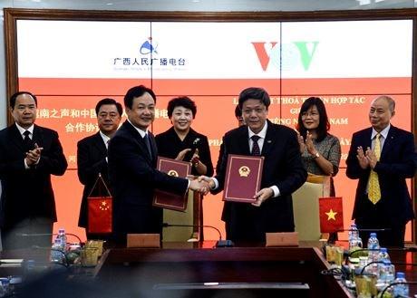 Radioemisoras vietnamita y china firman nuevo acuerdo de cooperacion hinh anh 1