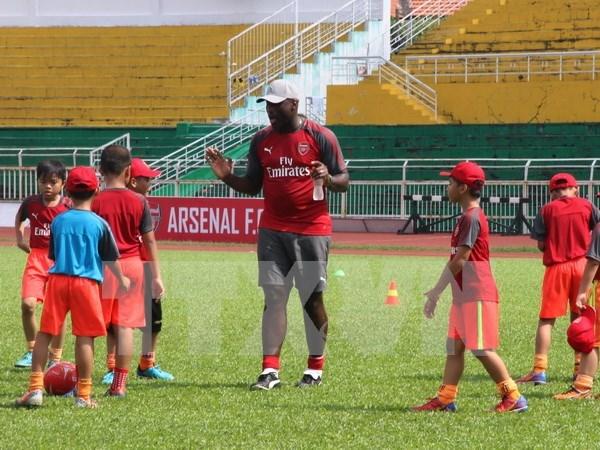 Exfutbolista del club ingles Arsenal se impresiona ante jugadores juveniles vietnamitas hinh anh 1