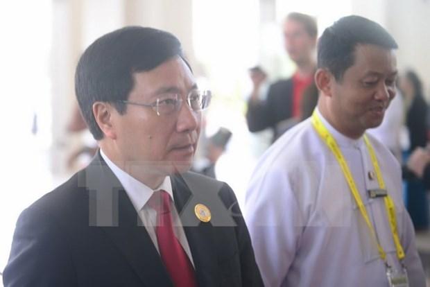 Canciller vietnamita dialoga con ministros de Noruega e Irlanda en marco del ASEM hinh anh 1