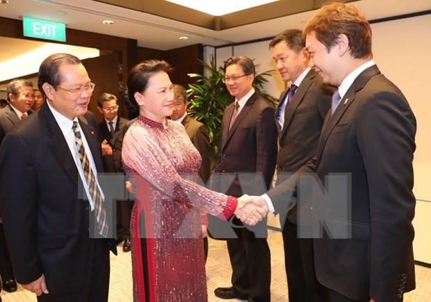 Presidenta del Parlamento vietnamita dialoga con representantes de empresas singapurenses hinh anh 1
