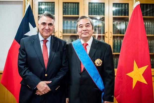 Chile entrega Orden al Merito Gran Cruz al embajador vietnamita hinh anh 1