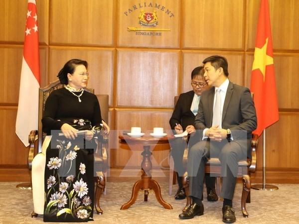 Presidenta de Asamblea Nacional de Vietnam dialoga con titular del Parlamento de Singapur hinh anh 1