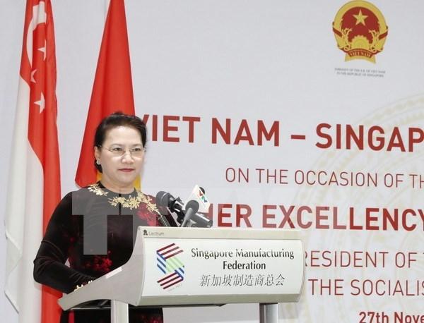 Presidenta del Parlamento vietnamita asiste a Dialogo empresarial Vietnam-Singapur hinh anh 1