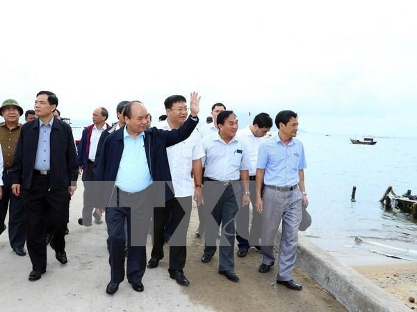 Premier vietnamita revisa tareas de mitigar secuelas del tifon Damrey en provincia central hinh anh 1