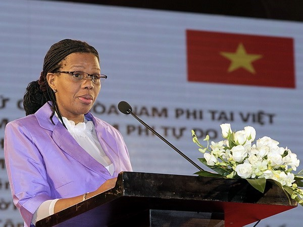 Vietnam honra a embajadora de Sudafrica con insignia de amistad hinh anh 1