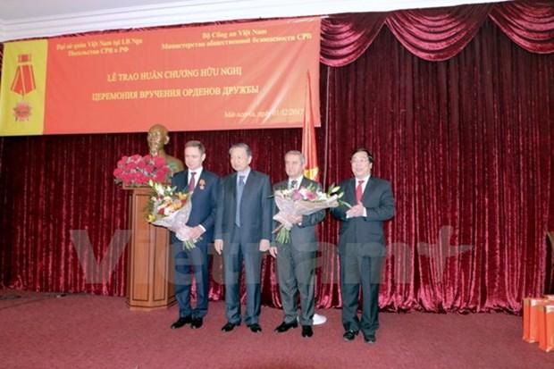 Vietnam otorga Orden de amistad a dirigentes de seguridad rusos hinh anh 1