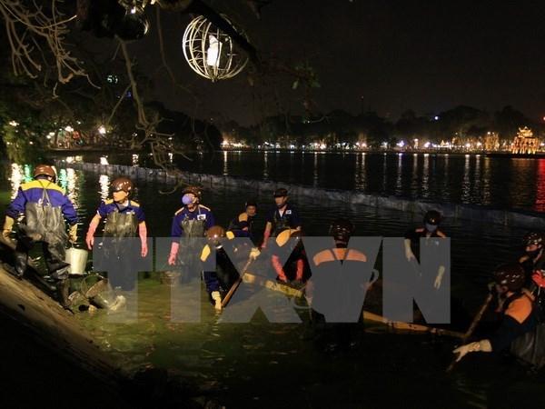 Realizan limpieza de lago Hoan Kiem en Hanoi hinh anh 1