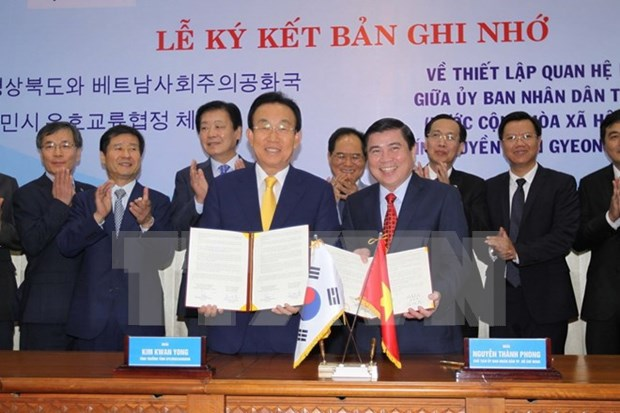 Ciudad Ho Chi Minh y provincia sudcoreana de Gyeongsangbuk firman memorando de cooperacion hinh anh 1