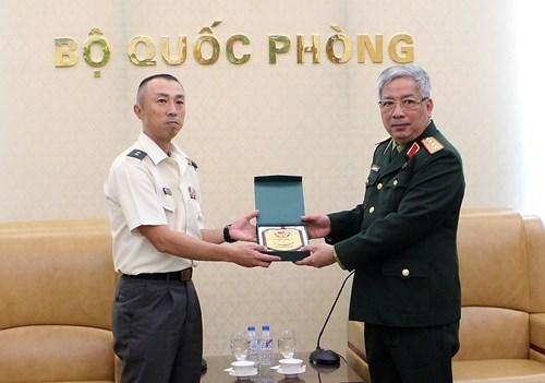 Vietnam concede importancia a los nexos en defensa con Japon hinh anh 1