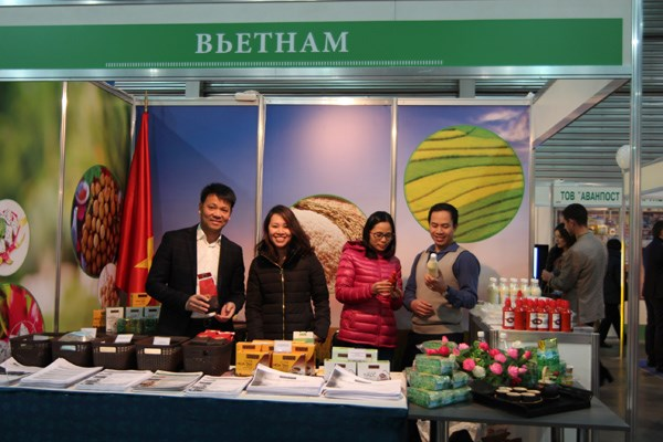 Participa Vietnam en feria caritativa internacional en Ucraina hinh anh 1