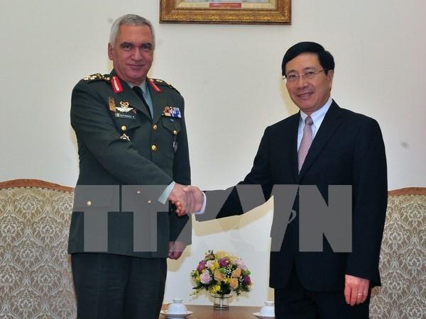 Vicepremier y canciller de Vietnam recibe a presidente del Comite Militar de UE hinh anh 1