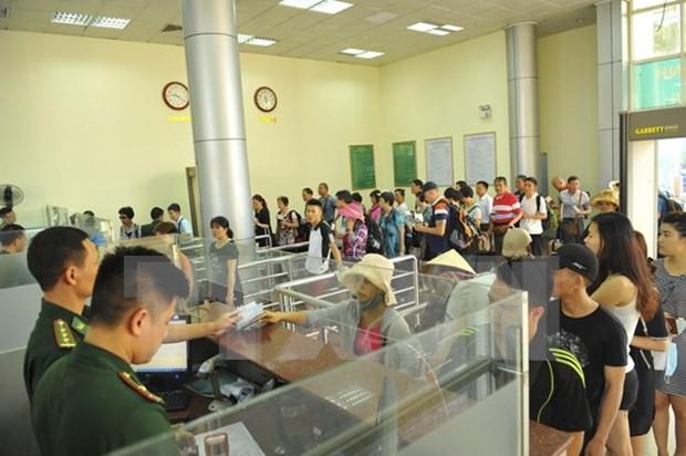 Alcanza cifra record numero de turistas por el par de puertas fronterizas Mong Cai- Dongxing hinh anh 1