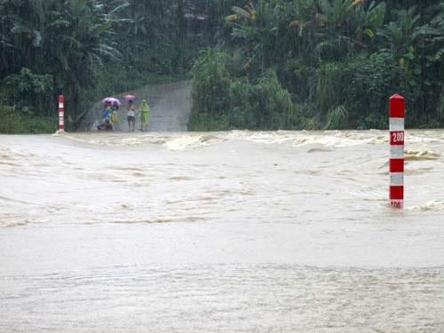 Entregan regalos a alumnos afectados por desastres naturales en Quang Nam hinh anh 1