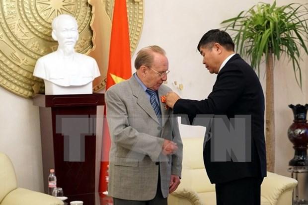 Vietnam honra al periodista aleman con Orden de Amistad hinh anh 1