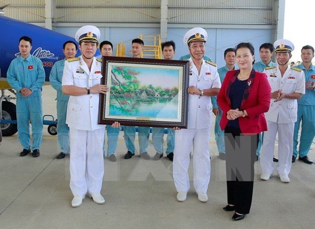 Presidenta de la Asamblea Nacional de Vietnam visita unidades navales en Khanh Hoa hinh anh 1