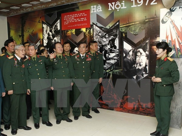 Exhiben documentos y fotos sobre epica batalla aerea de Dien Bien Phu hinh anh 1