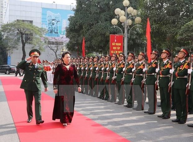 Presidenta del Parlamento de Vietnam exalta papel de la Comandancia de Hanoi hinh anh 1