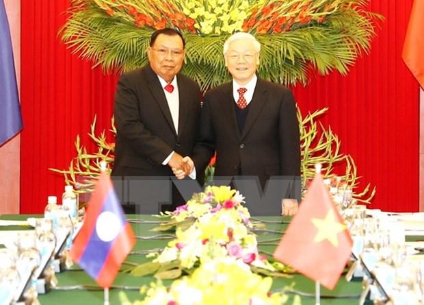 Maximo dirigente partidista de Vietnam conversa con secretario general de PPRL y presidente de Laos hinh anh 1