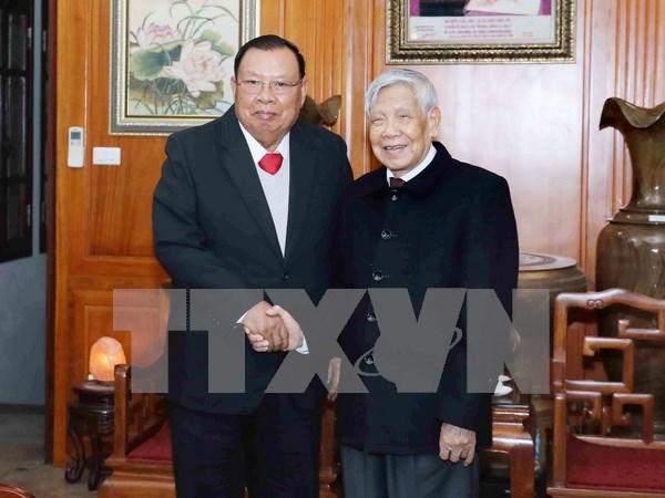 Maximo dirigente de Laos visita exsecretarios del Partido Comunista de Vietnam hinh anh 1