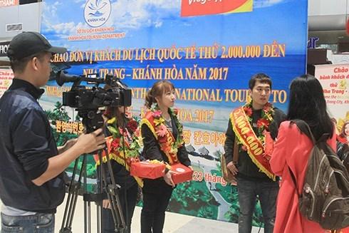 Provincia central vietnamita da bienvenida a turista numero dos millones hinh anh 1