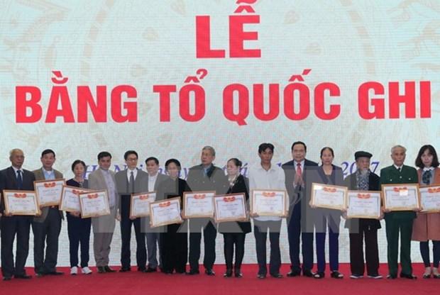 Conceden certificados de reconocimiento de meritos a familiares de martires de guerra en Vietnam hinh anh 1