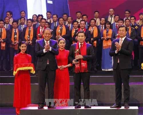 Honran a destacados empresarios jovenes vietnamitas en 2017 hinh anh 1