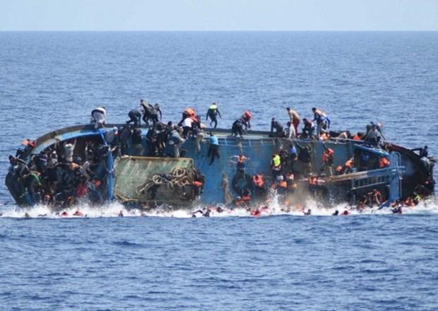 Al menos ocho muertos en naufragio de barco en Indonesia hinh anh 1