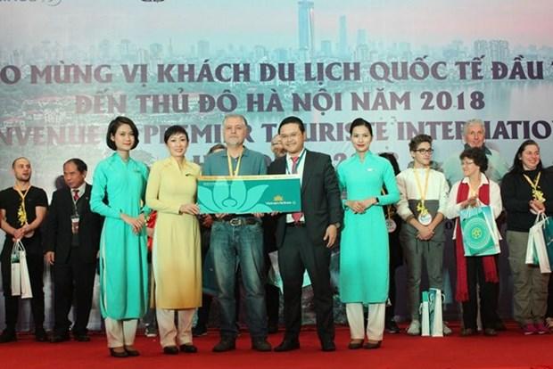 Hanoi da bienvenida a primer turista extranjero en 2018 hinh anh 1