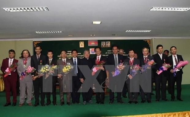 Camboya presenta orden de amistad a diplomaticos y periodistas vietnamitas hinh anh 1