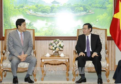 Vicepremier de Vietnam llama a inversion del grupo sudcoreano en finanzas hinh anh 1