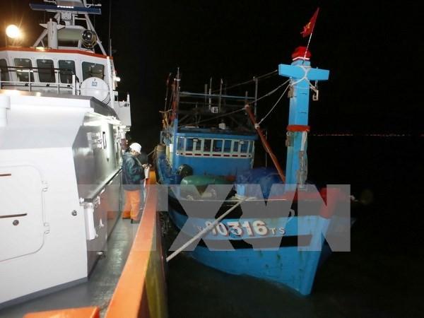 Rescatan oportunamente marineros extranjeros accidentados en mar vietnamita hinh anh 1
