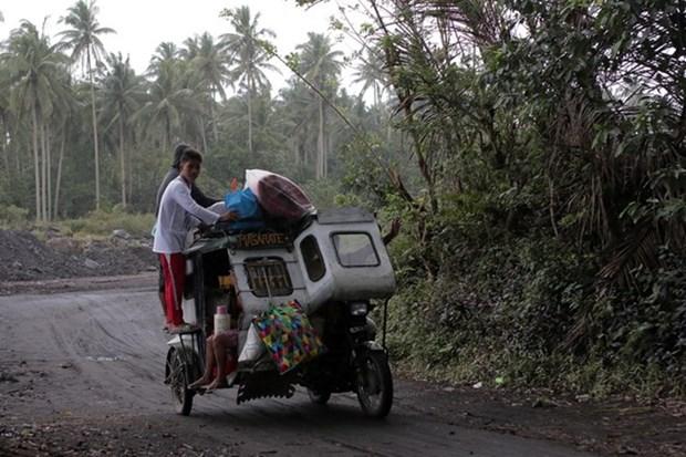 Volcan en Filipinas emite rios de lava y columnas de cenizas hinh anh 1