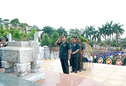 Delegacion del Ejercito Royal de Camboya rinde homenaje a martires voluntarios vietnamitas hinh anh 1