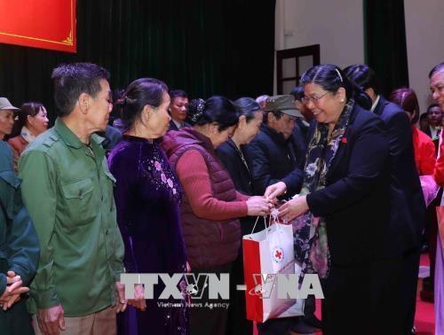 Dirigente parlamentaria entrega regalos a familias de pocos recursos en ocasion del Tet hinh anh 1