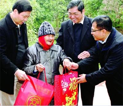 Localidades vietnamitas brindan apoyo a los trabajadores y los pobres hinh anh 1