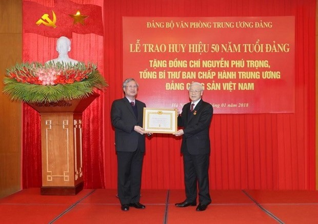 Maximo dirigente partidista de Vietnam recibe insignia por 50 anos de militancia hinh anh 1