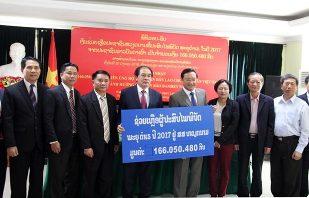 Laos recauda fondos para ayudar a Vietnam a superar consecuencias de tifon Damrey hinh anh 1