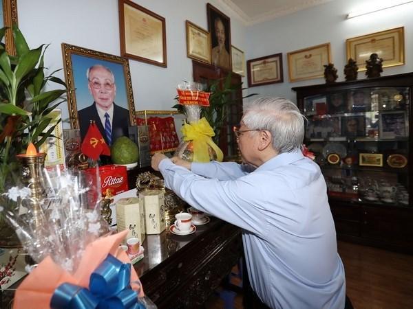 Dirigente partidista vietnamita rinde homenaje a fallecidos con meritos revolucionarios hinh anh 1