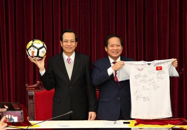 Premier vietnamita subastara camiseta de seleccion nacional por motivo caritativo hinh anh 1