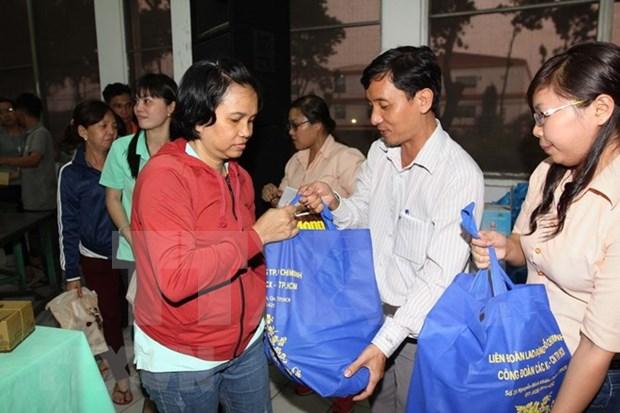 Ciudad Ho Chi Minh entregan regalos a trabajadores menos favorecidos con motivo del Tet hinh anh 1