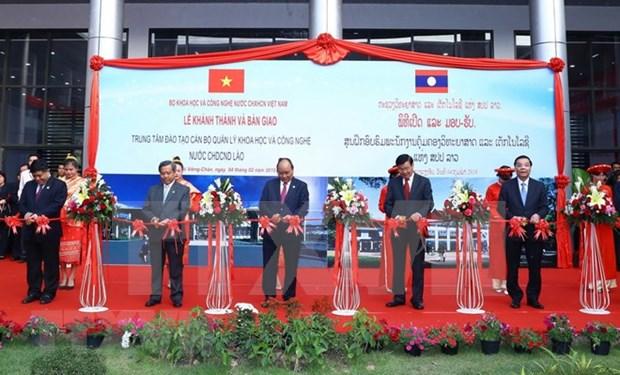 Premier vietnamita inaugura Centro de formacion de recursos humanos cientificos y tecnologicos de Laos hinh anh 1