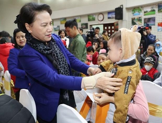 Presidenta parlamentaria visita ninos con cancer en ocasion del Tet hinh anh 1
