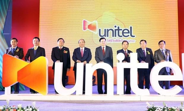 Premieres de Vietnam y Laos visitan empresa mixta de Viettel hinh anh 1
