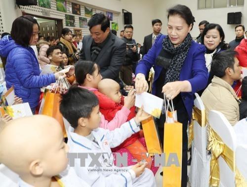 Dirigentes vietnamitas entregan regalos a personas necesitadas en ocasion del Tet hinh anh 1