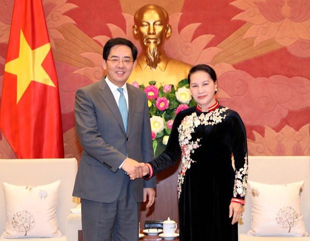 Presidenta del Parlamento de Vietnam destaca relaciones con China hinh anh 1