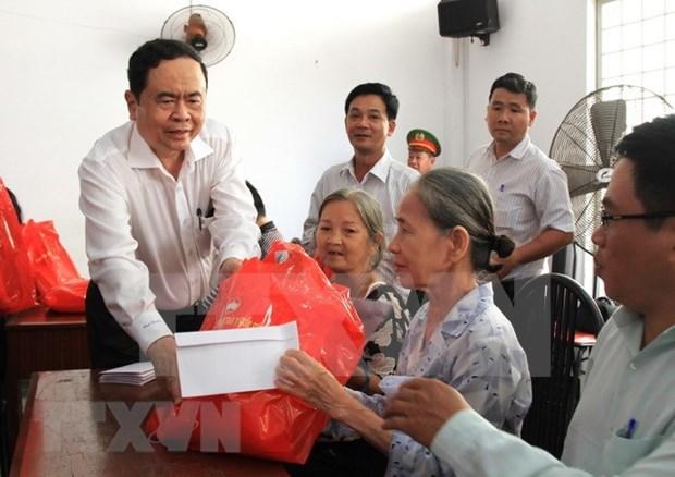Presidente de Frente de la Patria de Vietnam entregan obsequios a familias pobres en ocasion del Tet hinh anh 1