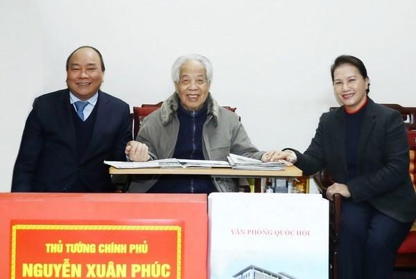 Premier y presidenta parlamentaria de Vietnam visitan a exdirigente politico hinh anh 1