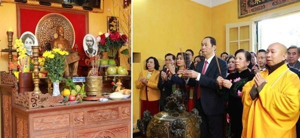 Dirigente del Estado de Vietnam ofrece incienso al presidente Ho Chi Minh hinh anh 1